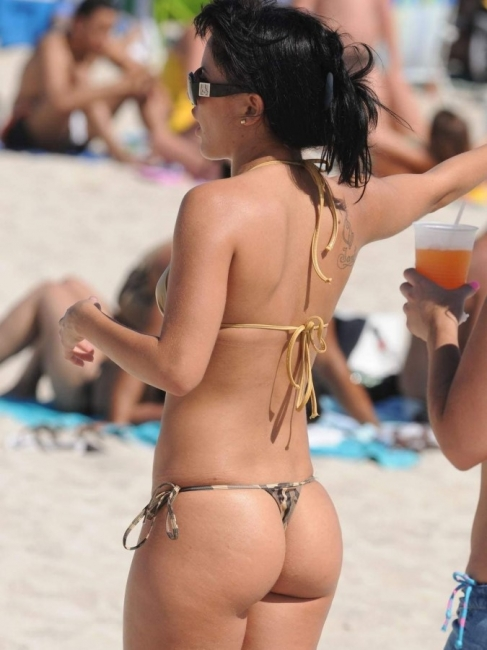 Beach Butts 09