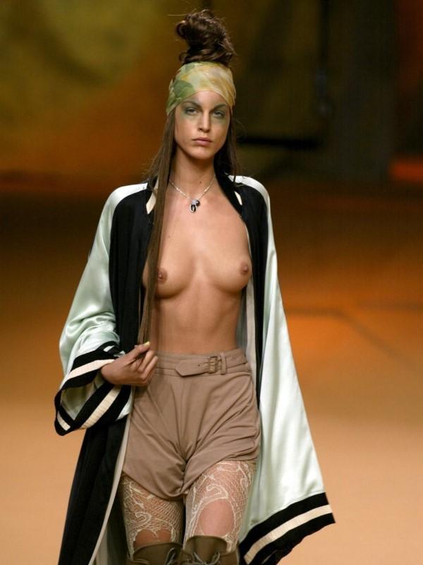 лучи ласкают фото девушек голых мода подиум кивнула, пригубила