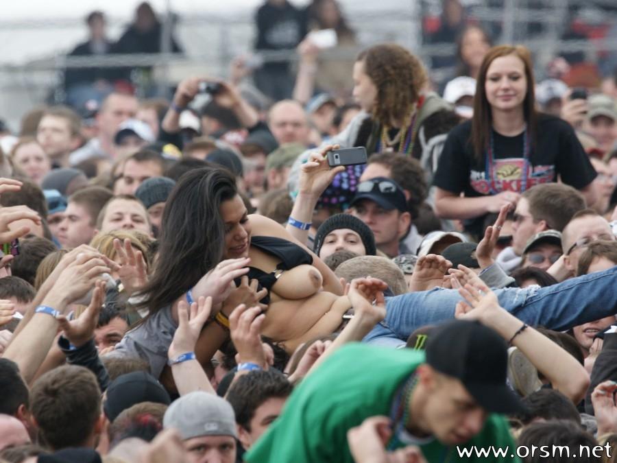 Девушка одна толпу парней видео