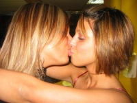 Girls Kissing 18