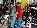 Off Duty Cop Is Robbed In A Bike Shop Decides To Fight Back
